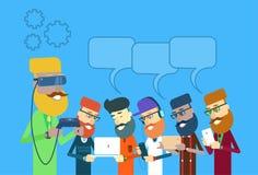 Man Group casual sostiene el ordenador portátil, tableta, teléfono elegante, burbuja de la charla de los vidrios de Digitaces del Imagen de archivo