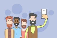 Man Group-Hippie, der Selfie-Foto am intelligenten Telefon macht Lizenzfreie Stockbilder