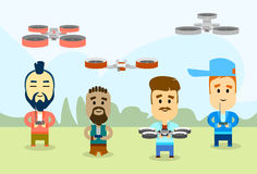 Man Group occasionnel avec la pousse aérienne à télécommande de caméra vidéo de bourdon Image libre de droits
