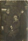 Man Group prenant la photo dans le vintage de la Roumanie de studio Image stock