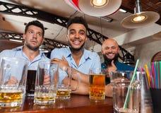 Man Group W Prętowych chwytów szkieł Szczęśliwy ono Uśmiecha się, Pijący piwo, mieszanka przyjaciół Biegowy Rozochocony Spotykać Zdjęcie Stock