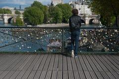 Man, hänglås och Seine River Royaltyfria Bilder