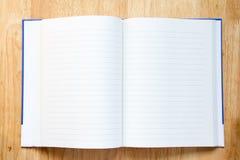 Man hållen pennan för anmärkning på boken med räknemaskinen Royaltyfria Foton