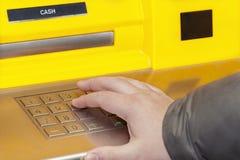 Man hand dichtbij de contant geldmachine Stock Foto's