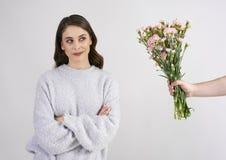 Man hand die mooie vrouwenbloemen geven stock fotografie