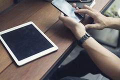 man hand die smartphone met digitale tablet gebruiken Stock Afbeelding