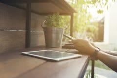 man hand die smartphone met digitale tablet gebruiken Royalty-vrije Stock Fotografie