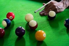 Man hand en speel de snookerspel van het Richtsnoerwapen of het voorbereiden van het pogen poolballen op een groene biljartlijst  stock afbeeldingen