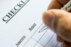 Man Hand het Vullen controlelijst van Selectieve nadruk Stock Afbeelding