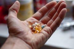 Man hand met een bos van pillen royalty-vrije stock afbeeldingen