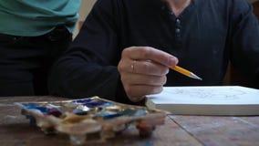 Man hand neemt een potlood, klaar te trekken stock video