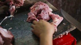 Man hand sneed vers vlees stock videobeelden