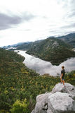 Man handelsresandeanseendet på berget och att gapa, frihetsconcep arkivfoto