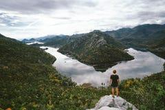 Man handelsresandeanseendet på berget och att gapa, frihetsconcep royaltyfria bilder