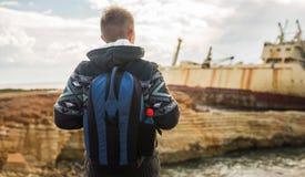 Man handelsresanden med ryggsäcken som tycker om den naturliga omgivningen arkivfoton