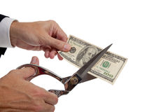 Man handen die een rekening $20 snijden Stock Foto's