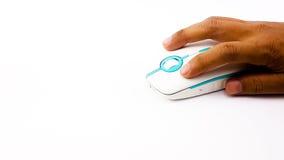 Man handen genom att använda den trådlösa musen i tunn form Arkivbilder