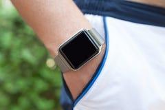 Man handen med en klocka i hans fick- kortslutningar Royaltyfri Bild