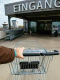 Man handen POV över supermarketvagnen Edeka Fotografering för Bildbyråer