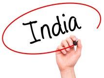 Man handen som skriver Indien med den svarta markören på den visuella skärmen Fotografering för Bildbyråer