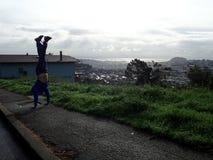 Man handstans med bostads- kullar som sträcker in i det distan Arkivbilder