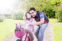 Man and her daughter look at something in the park Royalty Free Stock Images