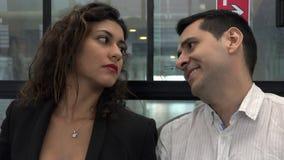 Man het Ergeren of het Hinderen Vrouw op Bus stock footage