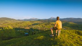 Man hiker sitting on a wooden bench Royalty Free Stock Images