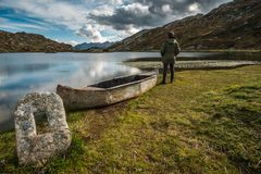 A man with his boat stan behind the lake royalty free stock photos