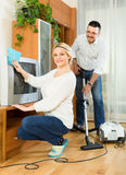 Man and his wife cleaning at home Royalty Free Stock Photos
