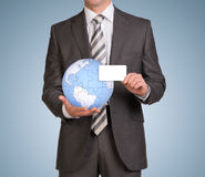 Man hold empty card and earth globe consisting of Royalty Free Stock Photos