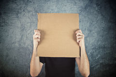 Man holding blank cardboard paper Royalty Free Stock Photography