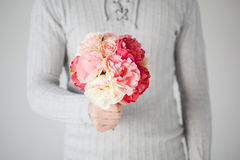 Man holding bouquet of flowers Royalty Free Stock Photos