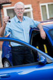 Man holding car keys Royalty Free Stock Photography