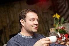 Man holding cup of tea Royalty Free Stock Photography