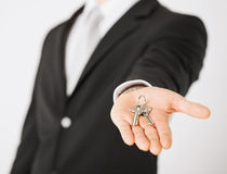 Man holding house keys Royalty Free Stock Images