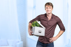 Man is holding a moving box Royalty Free Stock Photos