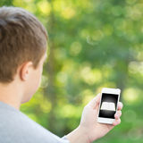 Man holding smartphone Royalty Free Stock Photos
