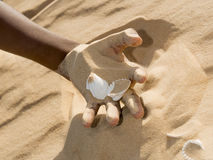 Man holding some sand in the hand Royalty Free Stock Photography