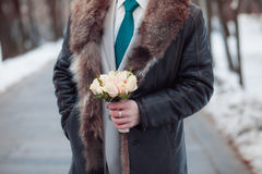 Man holds wedding bouquet Royalty Free Stock Photos
