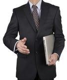 Man i affärsdräkt med bärbara datorn Royaltyfri Bild