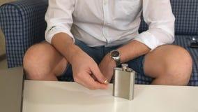 Man i assistentflaska med alkohol, i vänster förlovningsring tänker skilsmässan Närbild lager videofilmer