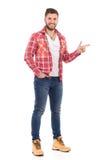 Man, i att peka för skogsarbetareskjorta Arkivfoto