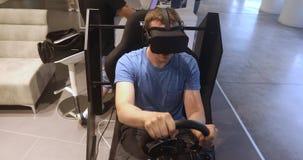 Man, i att springa för bil och för lekar för simulator för VR-hörlurar med mikrofonlek stock video