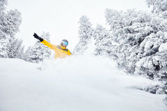 Man i backcountry snowboarding Royaltyfri Bild