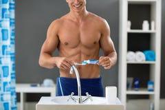 Man i badrummet, tand- hygien Arkivbild