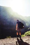 Man i bergen Arkivfoton