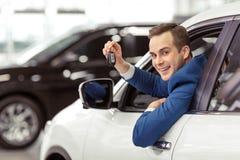 Man i bil arkivbilder