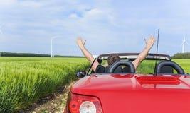 Man i bilen på en landsväg fotografering för bildbyråer
