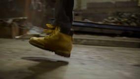 Man i brun brådska för läderkängor stock video